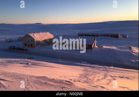Sun going down on Dyranut mountain lodge, on road 7 crossing Hardangervidda on a very cold day with temp. falling - Stock Photo
