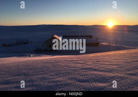 Rv7 70, Vøringsfoss, Norway. 06th Jan, 2018. Sun going down on Dyranut mountain lodge, on road 7 crossing Hardangervidda - Stock Photo