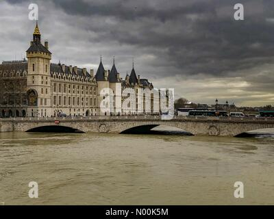 Paris, France. 29th January, 2018. High waters in Paris yesterday seem to be getting higher very nr Notre Dame 29.1.18 - Stock Photo