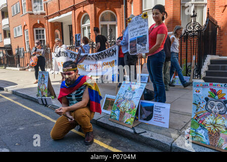 London, UK. 8th June 2018. A picket opposite the Colombian embassy supports today's Gran Marcha Carnival in cities throughout Colombia demanding their government respects the rights of local communities against the interests of mining companies. Local residents voted against AngloGold Ashranti's huge La Colosa gold mine because of the extensive environmental damage it would cause. g the Hydroituango dam. Oil extraction in Putamayo is causing excessive pollution and logging is de Credit: Peter Marshall/Alamy Live News - Stock Photo