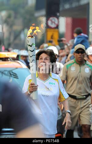 Sao Paulo, Brazil. 09th June, 2018. (FILES) File photo dated on 27 July 2016 of former Brazilian tennis player Maria Esther Bueno (C) walking with the Olympic flame during a tour in Sao Paulo, Brazil (reissued 09 June 2018). Brazilian tennis legend Maria Esther Bueno, U.S. Open champion in 1959, 1964 and 1966, and Wimbledon champion during 1959, 1960 and 1964, died at 78 suffering cancer on 08 June 2018 in Sao Paulo, Brazil. Credit: Sebastiao Moreira/EFE/Alamy Live News - Stock Photo