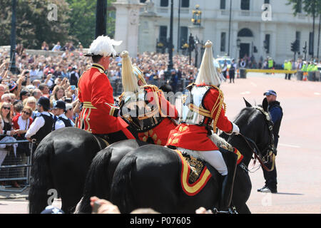 The Mall, London, UK, 9th June 2018. Retired armed forces field marshall and former Chief of Defense staff Lord Guthrie visibly struggles for some time, then eventually collapses and falls off his horse in what may have been a fainting attack during the hot sunshine at Trooping the Colour today. The incident happened in front of Buckingham Palace, the officer was riding in close proximity behind her Majesty the Queen's carriage. Credit: Imageplotter News and Sports/Alamy Live News - Stock Photo