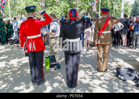 London, UK, 9 June 2018. Soldiers salute the Queen's Guard Credit: Alex Cavendish/Alamy Live News - Stock Photo