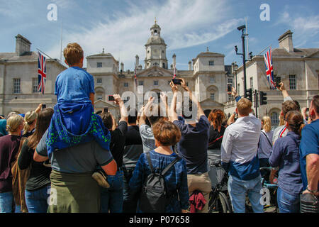 London, UK, 9 June 2018. Crowds gather to watch and photograph the Trooping of the Colour Credit: Alex Cavendish/Alamy Live News - Stock Photo