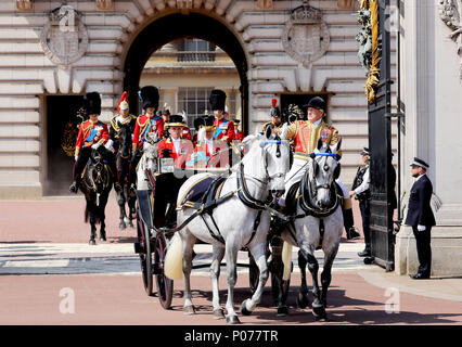 London, UK. 09th June, 2018. Queen Elizabeth II leave at Buckingham Palace in London, on June 09, 2018, to attend Trooping the colour, the Queens birthday parade Photo : Albert Nieboer/Netherlands OUT/Point de Vue OUT - NO WIRE SERVICE - Credit: Albert Nieboer/RoyalPress/dpa/Alamy Live News - Stock Photo