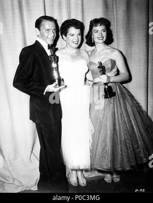 Description: 26th Annual Academy Awards (1954). Fran Sinatra, best actor in a supporting role for 'Fom Here to Eternety'. Donna Redd, best actress in a supporting role for 'From Here to Eternety'. Mercedes McCambridge accompanies them..  Year: 1954.  Stars: MERCEDES MCCAMBRIDGE; DONNA REED; FRANK SINATRA. - Stock Photo