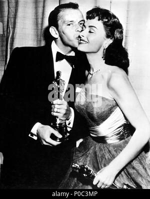 Description: 26th Annual Academy Awards (1954). Fran Sinatra, best actor in a supporting role for 'Fom Here to Eternety'. Donna Redd, best actress in a supporting role for 'From Here to Eternety'..  Year: 1954.  Stars: DONNA REED; FRANK SINATRA. - Stock Photo
