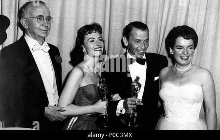 Description: 26th Academy Awards (1954). Fran Sinatra, best actor in a supporting role for 'Fom Here to Eternety'. Donna Redd, best actress in a supporting role for 'From Here to Eternety'. Mercedes McCambridge and Walter Brennan  accompany them..  Year: 1954.  Stars: WALTER BRENNAN; MERCEDES MCCAMBRIDGE; DONNA REED; FRANK SINATRA. - Stock Photo