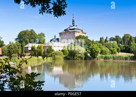 zámek Jičíněves, Zámecký rybník, Královéhradecký kraj, Česká republika / Jicineves castle, Hradec Kralove region, Czech republic - Stock Photo