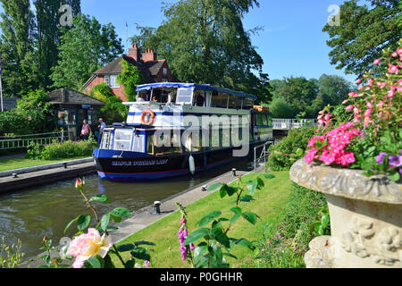 Summer plants flowering at the Sonning Lock with the Mapledurham Lady going through.  Sonning-on-Thames, Berkshire, UK, Great Britain - Stock Photo