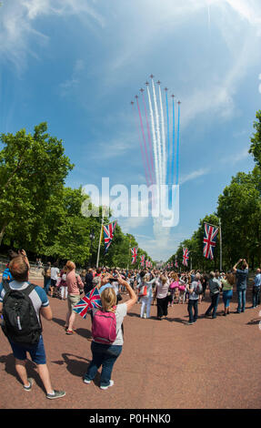 The Mall, London, UK. 9 June, 2018. The world famous Queen's Birthday Parade, also known as Trooping the Colour, ends with an RAF flypast over The Mall and Buckingham Palace with the Red Arrows ending the display. Credit: Malcolm Park/Alamy Live News. - Stock Photo