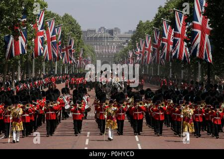 London, UK. 9th June, 2018. Soldiers march down the Mall escorting Queen Elizabeth II's carriage (C) to Buckingham Palace during the Trooping of the Colour ceremony to mark Queen Elizabeth II's 92nd birthday in London, Britain on June 9, 2018. Credit: Tim Ireland/Xinhua/Alamy Live News - Stock Photo