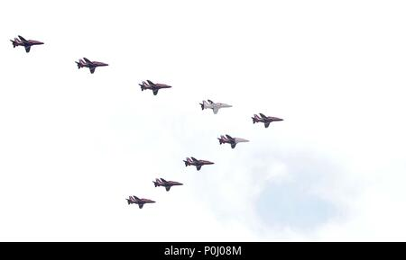 London, UK. 9th June 2018. The Royal Air Force (RAF) Red Arrows in the flypast for the Trooping of the Colour. Flanked by 2 Eurofighter Typhoons. London. UK. 09/06/2018. Credit: Sport In Pictures/Alamy Live News - Stock Photo