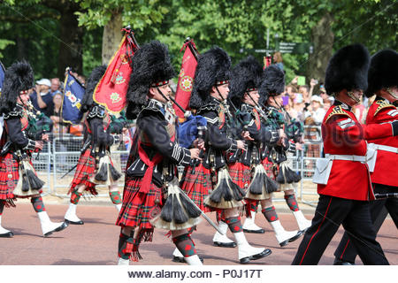 London, UK. 9th June, 2018. Pipers of the Scots Guards marching along The Mall. The 2018 Trooping the Colour / Queen's Birthday Parade. Credit: Katie Chan/Alamy Live News - Stock Photo