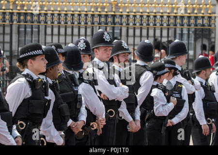 London, UK. 9 June 2018 - Police officers form a human barrier on The Mall, in front of  Buckingham Palace, shortly after the conclusion of the Trooping the Colour ceremony. Credit: Benjamin Wareing/Alamy Live News - Stock Photo