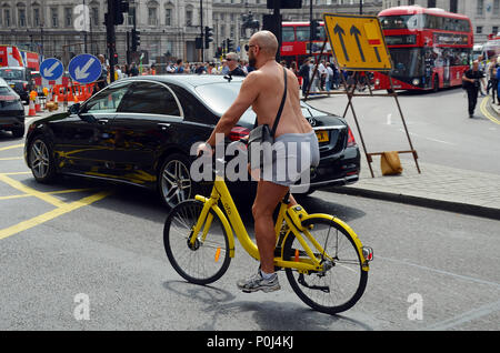London, UK, 10 June 2018 Sunny Saturday afternoon in Trafalgar Square. Credit: JOHNNY ARMSTEAD/Alamy Live News - Stock Photo