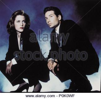 Original Film Title: THE X FILES.  English Title: THE X FILES.  Film Director: CHRIS CARTER; ROB BOWMAN; DAVID NUTTER.  Year: 1993.  Stars: DAVID DUCHOVNY; GILLIAN ANDERSON. Credit: FOX FILMS / Album - Stock Photo