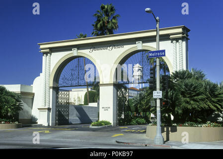 1995 HISTORICAL ENTRANCE GATE PARAMOUNT PICTURES MELROSE AVENUE HOLLYWOOD LOS ANGELES CALIFORNIA USA - Stock Photo