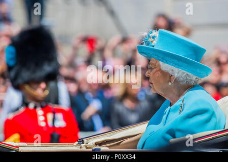 London, UK. 9th June 2018. The Queen on the Mall - The Queen's Birthday Parade, more popularly known as Trooping the Colour. The Coldstream Guards Troop Their Colour., Credit: Guy Bell/Alamy Live News - Stock Photo