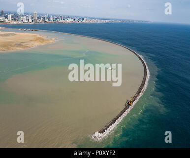 Colombo. 10th June, 2018. The breakwater of the Colombo Port City is seen under construction in Colombo, Sri Lanka, April 26, 2018. Spread over 269 hectares of land reclaimed from the sea adjacent to the present commercial district of Colombo, the Colombo Port City, co-developed by the Sri Lankan government and China's CHEC Port City Colombo (Pvt) Ltd under the Belt and Road Initiative, will in future become a commercial, financial, residential and international entertainment hub in the Indian Ocean region. TO GO WITH Feature: Story of stone in Colombo Port City Credit: Xinhua/Alamy Live News - Stock Photo