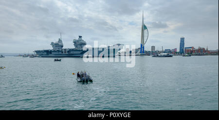 Portsmouth, UK. 10th June 2018. HMS QUEEN ELIZABETH - the Royal Navy's newest and largest ever warship - sails from Portsmouth for only the second occasion, this time heading for the USA for first of class flying trials and warm weather sea trials Credit: Julian Gazzard/Alamy Live News - Stock Photo