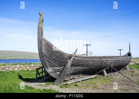 Steering oar at stern of Skidbladner, full size replica of the Gokstad ship at Brookpoint, Unst, Shetland Islands, Scotland, UK - Stock Photo