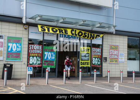 Farnborough, Hampshire, UK. 11th June, 2018. Today is the final day of trading for the electronics retailer, Maplins, in the town. The store is one of many retailers to be hard hit by changes in shopping habits in recent months. Credit: GP Images/Alamy Live News. - Stock Photo
