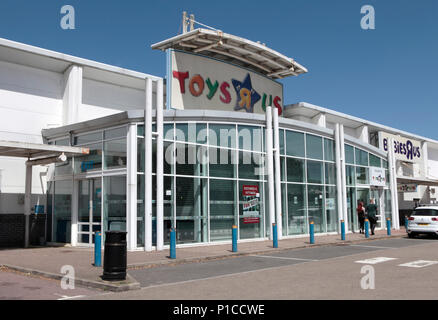 A RECENTLY CLOSED DOWN TOYS R US STORE IN A REATIL PARK IN HERTFORDSHIRE, UK - Stock Photo