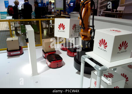 Hanover, Deutschland. 11th June, 2018. A robot arm at the Huawei booth will be loading a parcel, parcel center, logistics, goods handling, CeBIT International Fair in Hanover, on 11.06.2018. | usage worldwide Credit: dpa/Alamy Live News - Stock Photo
