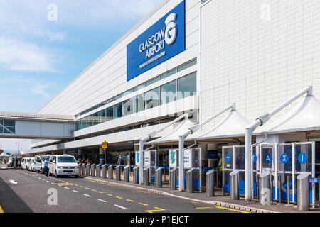 Front facade of Glasgow airport with taxi ranks a on the main access roadway, Glasgow, Scotland - Stock Photo