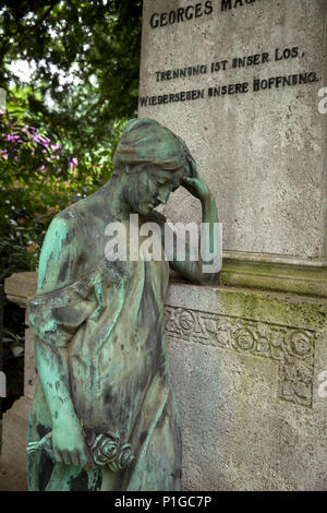 Germany, statue of a grave at the Southern cemetry in Duesseldorf.  Deutschland, Statue auf einem Grab auf dem Duesseldorfer Suedfriedhof. - Stock Photo