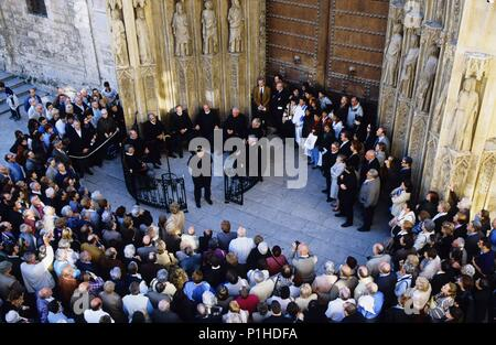 'Tribunal de las Aguas' ('Water Court' - a medieval tradition) in front of the Apostle´s gateway of the Cathedral at there thursday´s meeting. - Stock Photo