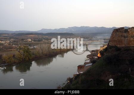 SPAIN - Catalonia - Ribera d?Ebre (district) - TARRAGONA. Mora d' Ebre; castillo y río Ebro. - Stock Photo