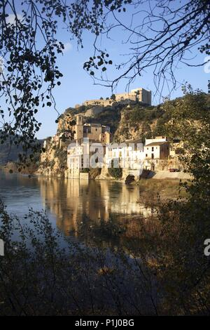 SPAIN - Catalonia - Ribera d?Ebre (district) - TARRAGONA. Miravet; riu Ebre, poble y castell templari. - Stock Photo