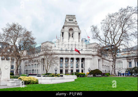 Ten Trinity Square Building built in Beaux Arts style architecture now become Four Seasons Hotel, located at Trinity Square Gardens, London, England - Stock Photo