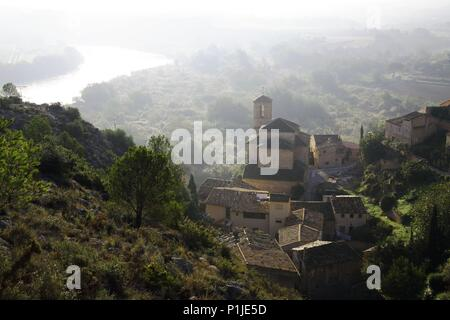 SPAIN - Catalonia - Ribera d?Ebre (district) - TARRAGONA. Miravet; casc antic i riu Ebre. - Stock Photo