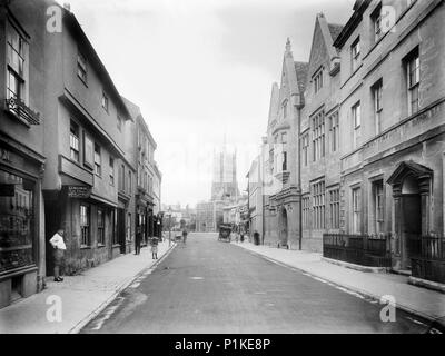 Dyer Street, Cirencester, Gloucestershire, 1906. View looking along Dyer Street towards the Market Place in the capital of the Cotswolds. The pediment - Stock Photo