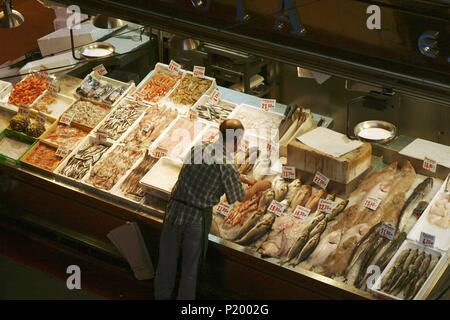 Madrid; mercado de La Cebada; (barrio de La Latina); puesto de pescados y mariscos. - Stock Photo