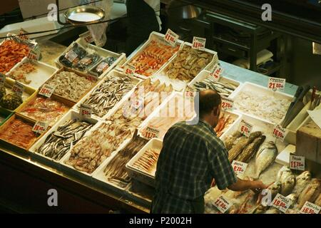 Madrid; mercado de La Cebada; (barrio de La Latina); puesto de pescados y mariscos. - Stock Photo