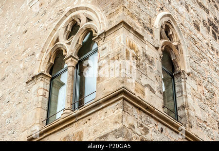 France, Lot, Causses du Quercy regional natural park, medieval windows in St Cirq-Lapopie, labelled 'Most Beautiful Village in France' - Stock Photo