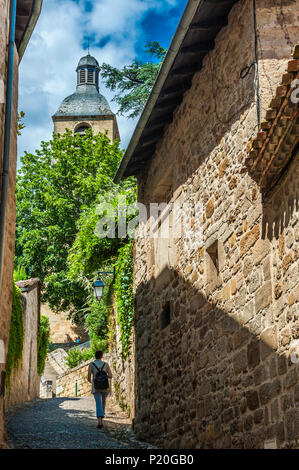 France, Lot, Quercy, Figeac, small street leading to Notre-Dame-du-Puy church - Stock Photo