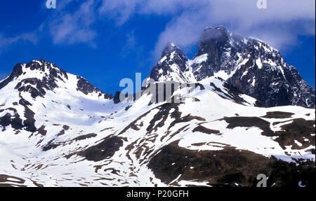 France, Pyrenees Atlantiques, Ossau Pic du Midi seen from the Col du Pourtalet - Stock Photo