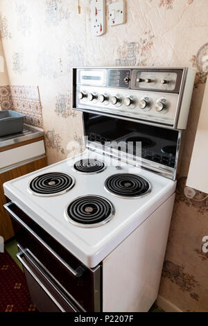 Mid century Creda Carefree freestanding electric cooker in an old fashioned kitchen - Stock Photo