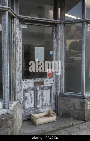 Empty vacant shop front in Truro. Metaphor Death of the High Street, closed down shops, recession, high street closures, vacant shops, unoccupied shop - Stock Photo