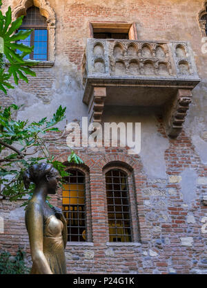 Statue of Julia, Casa di Giulietta or house of Julia, Verona, Veneto, Italy, Europe - Stock Photo