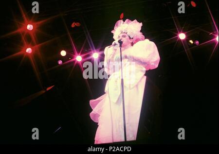 Javier Gurruchaga, cantante, actor y showman español, en una actuación de su Orquesta Mondragon. (60340010). - Stock Photo