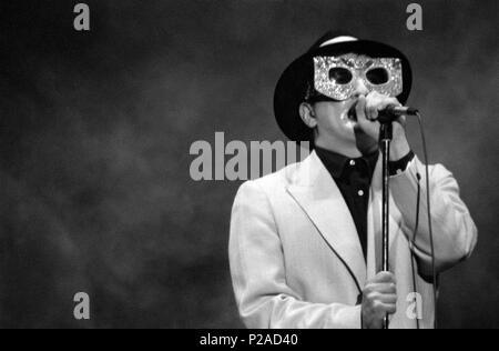 Javier Gurruchaga, cantante, actor y showman español, en una actuación de su Orquesta Mondragon. (Orquestamondragon1©DJC). - Stock Photo