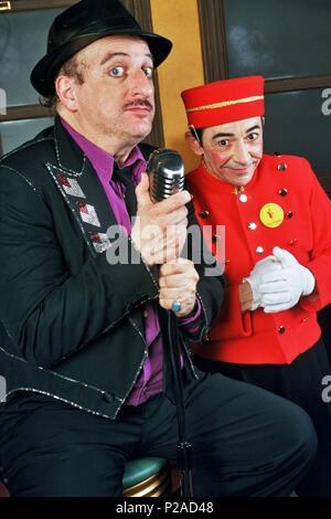 Javier Gurruchaga, cantante, actor y showman español con un miembro de la Orquesta Mondragon. (Orquestamondragon2©DJC). - Stock Photo