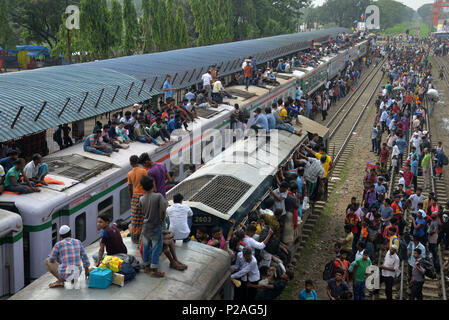 Dhaka, Bangladesh . 14th June, 2018. People cling to train carriages as they head to their homes to celebrate Eid al-Fitr from Dhaka, Bangladesh , Bangladesh, on June 14, 2018. As the Eid al-Fitr festival knocking at the door, the long distance bus stations, ferry terminals and train stations in Bangladesh capital Dhaka, Bangladesh  see overflowing with tens of thousands of home-bound passengers. Credit: Xinhua/Alamy Live News - Stock Photo
