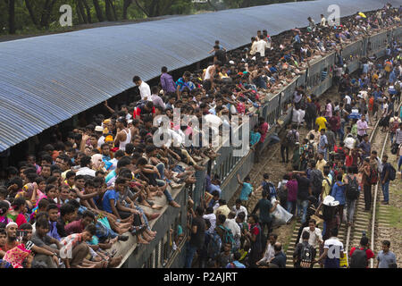 Dhaka, Bangladesh. 14th June, 2018. DHAKA, BANGLADESH - JUNE 14 : Bangladeshis cram onto a train as they travel back home to be with their families ahead of the Muslim festival of Eid al-Fitr in Dhaka, Bangladesh on June 14, 2018.Millions of city dwellers return home for Eid al-Fitr. Credit: Zakir Hossain Chowdhury/ZUMA Wire/Alamy Live News - Stock Photo